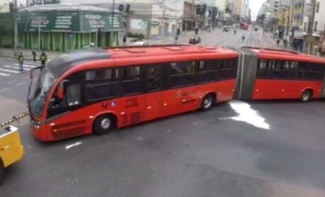 Biarticulado quebra em cruzamento e complica o trânsito em Curitiba