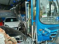 Motorista passa mal e acaba batendo com ônibus em Salvador