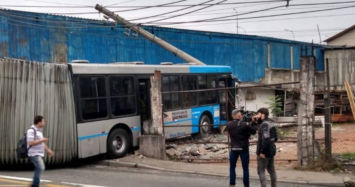 Articulado perde controle e invade terreno em São Paulo