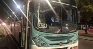 Bandidos assaltam ônibus em Manaus e ainda quebram sistema de passa-fácil