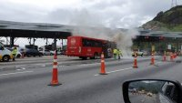 Rio: Ônibus da Coca-Cola pega fogo na Linha Amarela nesta quinta-feira