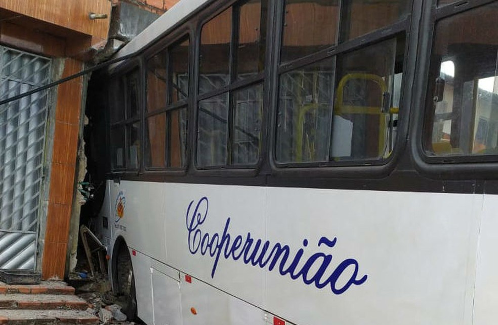 BA: Ônibus desgovernado acaba invadindo casas em Camaçari