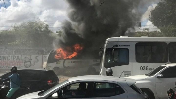 CE: micro-ônibus acaba destruído após incêndio em Caucaia