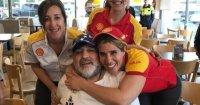 Ônibus com Maradona a bordo para em posto para abastecer e frentistas fazem a festa