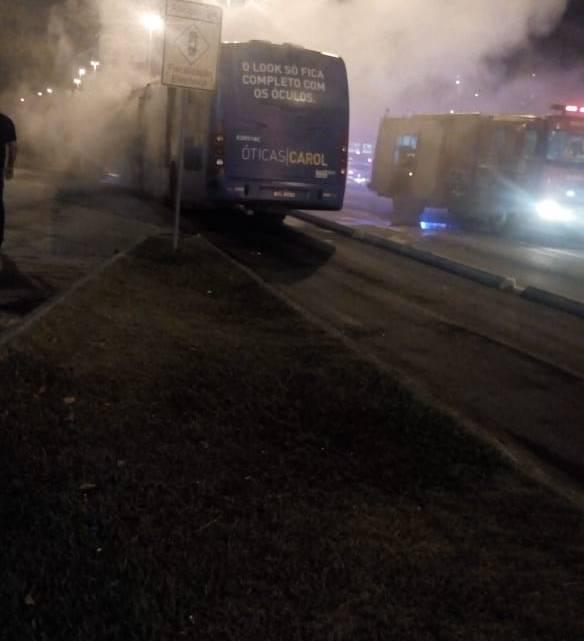 Ônibus do BRT Rio pega fogo na Zona Oeste do Rio de Janeiro