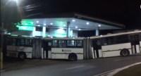 SP: Biarticulado invade posto de combustível em Itapecerica da Serra