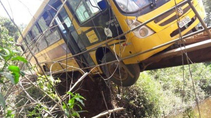 Vídeo: Ônibus escolar quase tomba em ponte de madeira no interior da Bahia