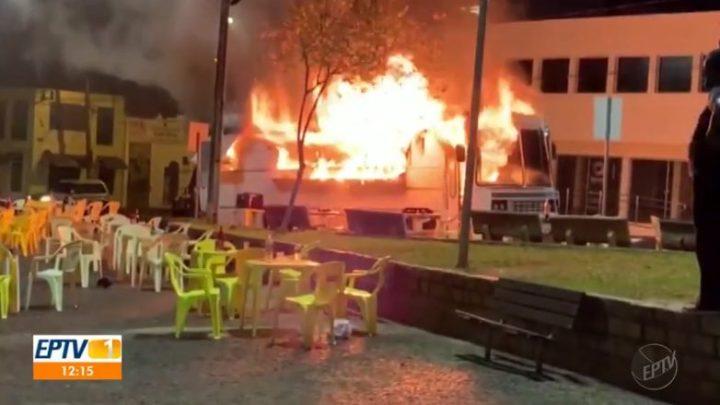 SP: Ônibus pega fogo no Centro de Bebedouro