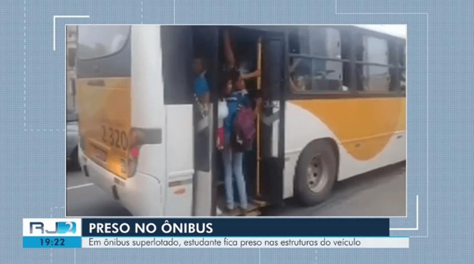 RJ: Estudante acaba preso em porta de ônibus em Campos dos Goytacazes