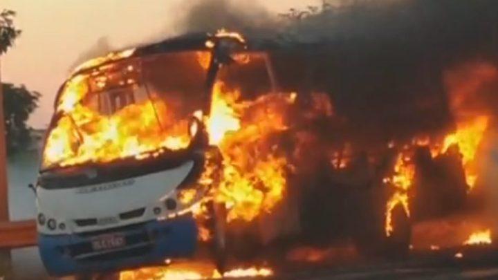 SP: Micro-ônibus pega fogo na Rodovia Washington Luís  SP-310 em Rio Preto