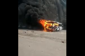 Rio: Ônibus da Transportadora Tinguá pega fogo ao lado do Morro da Providência no Centro