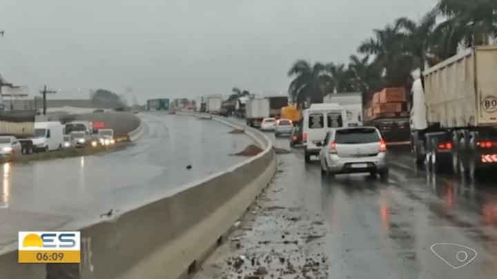 Chuva deixa rodovias de Vitória e Região Metropolitana alagadas