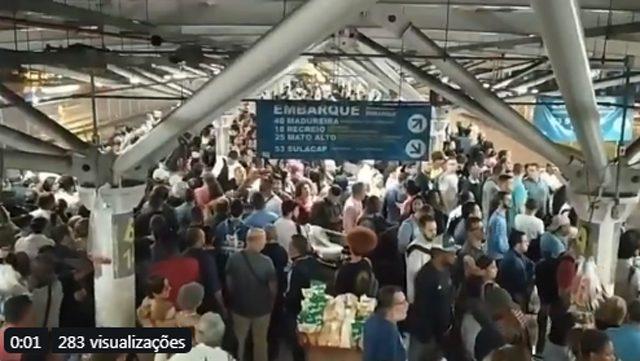 Rio: Estação BRT Jardim Oceânico segue lotada na noite desta quinta-feira 28 na Barra da Tijuca
