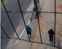Vídeo: Homem acaba roubando placa de ponto de ônibus em Natal