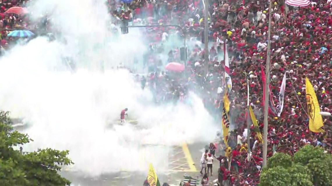 Rio: Ônibus do Flamengo são escoltados no Centro após fim da festa e início de tumulto na Av Presidente Vargas