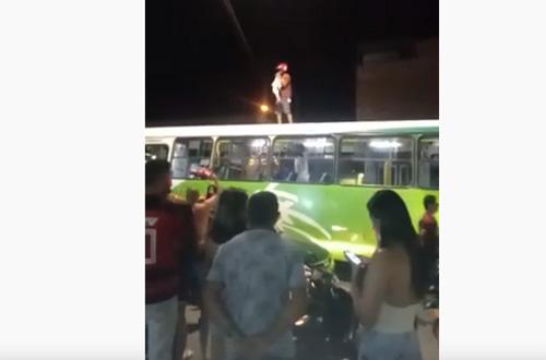 Torcedor sobe em teto de ônibus para celebrar a vitória do Flamengo no Sul da Bahia
