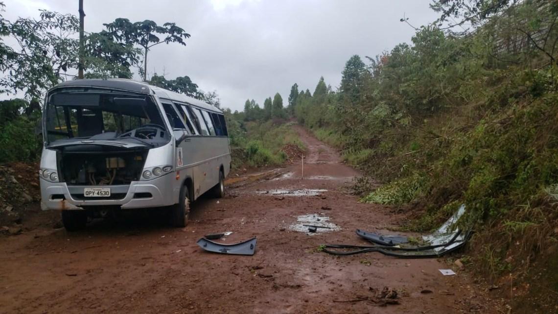 MG: Micro-ônibus capota e cai em barranco de Itabirito na BR-040
