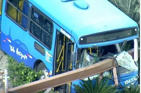 Ônibus sem freio acaba batendo em muro de prédio e deixando motorista ferido