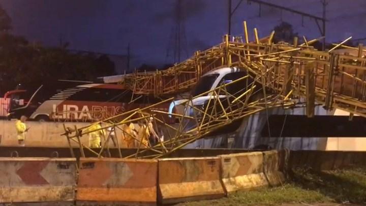 Prefeitura de São Paulo começa apuração sobre queda de passarela na Marginal Tietê