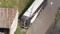 Ônibus perde a direção e bate em poste na cidade de Contagem na Grande BH