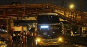 SP: Passarela cai e atinge dois ônibus e um veículo na Margina Tietê