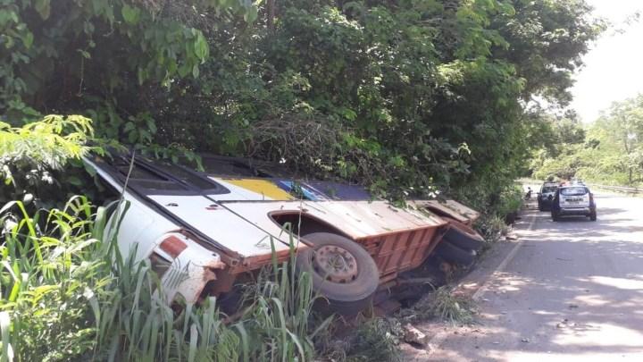 MT: Ônibus tomba com 18 estudantes em Jaciara nesta sexta-feira