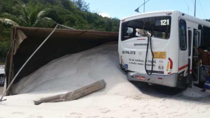 RJ: Caminhão tomba e atinge ônibus da viação Montes Brancos em Arraial do Cabo