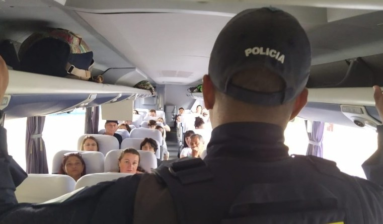 SC: PRF orienta passageiros de ônibus a usar cinto de segurança