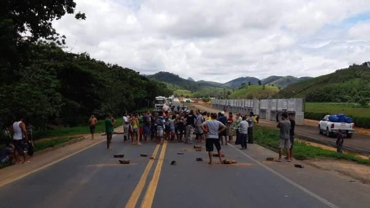 ES: BR-101 é liberada após protesto no município de Viana