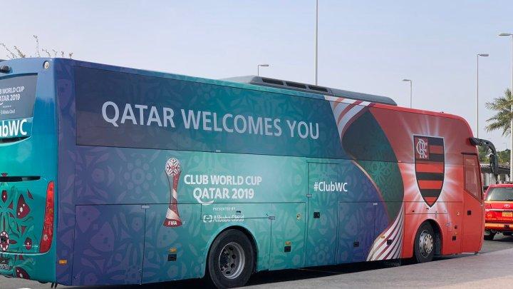 Flamengo desembarca no Catar e chama atenção com ônibus personalizado
