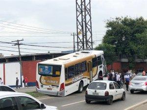 RJ: Acidente com ônibus da Transportes Fábios chama atenção em Duque de Caxias