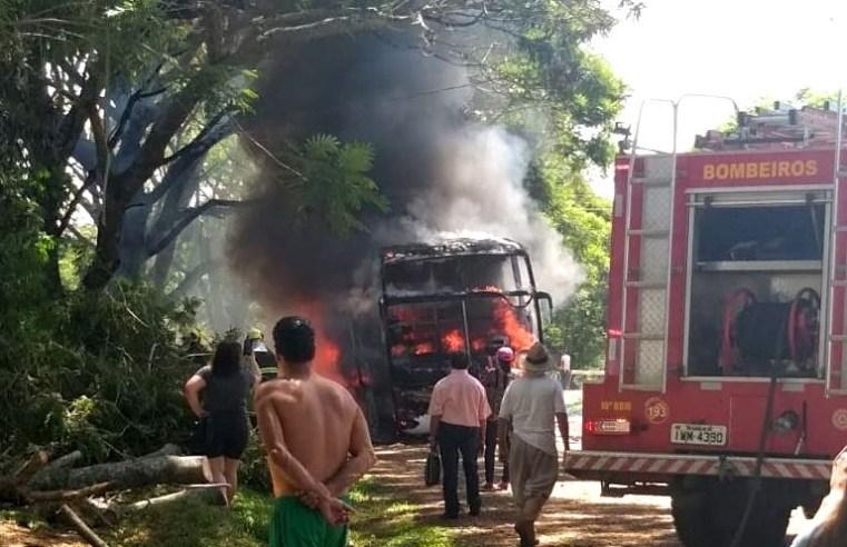 RS: Ônibus da Viação Ouro e Prata pega fogo em Alegrete