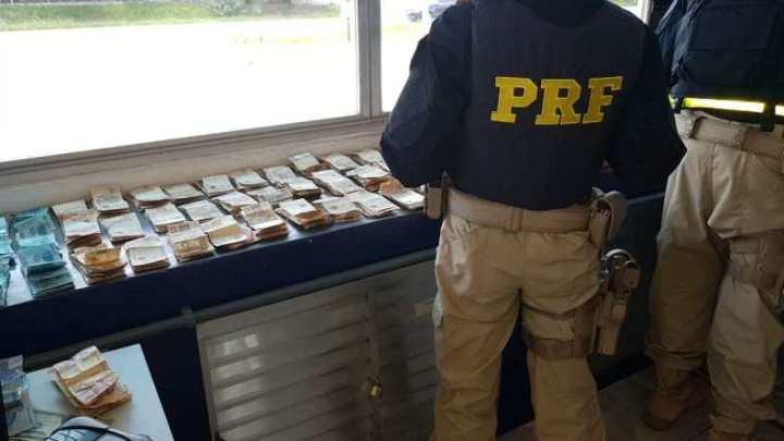 PRF apreende R$ 59 mil reais com senegalês em ônibus na Rodovia Regis Bittencourt