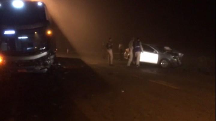 PR: Acidente entre ônibus da Viação Garcia e carro deixa uma pessoa morta