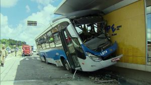 PE: Ônibus do BRT  invade estação em Olinda após motorista perder controle da direção