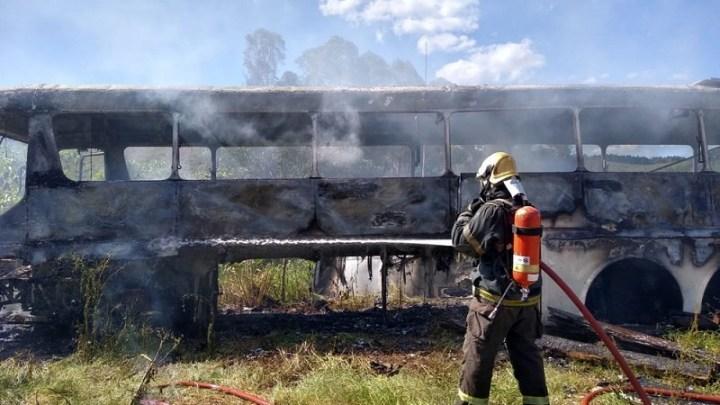 MG: Monobloco pega fogo às margens da BR-265 em Barbacena