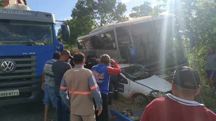 Acidente com carro e ônibus da Trans Brasil deixa um ferido na BR-316