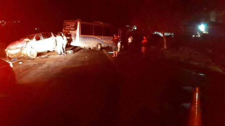 MG: Acidente entre micro-ônibus e caminhonete na BR-491 deixa cinco feridos