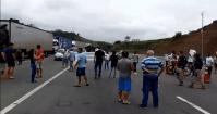 RJ: Protesto de moradores fecha a BR-393 em Barra do Piraí
