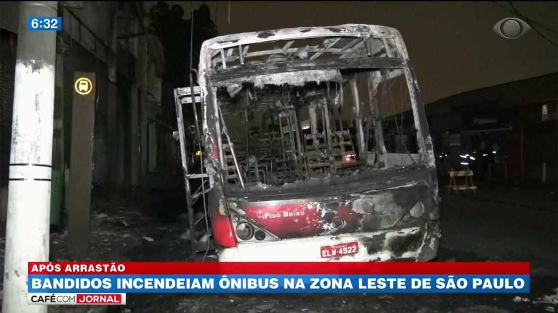 Bandidos incendeiam ônibus na Zona Leste de São Paulo, após assaltar passageiros