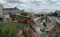 CE: Micro-ônibus quase cai em canal na cidade do Crato