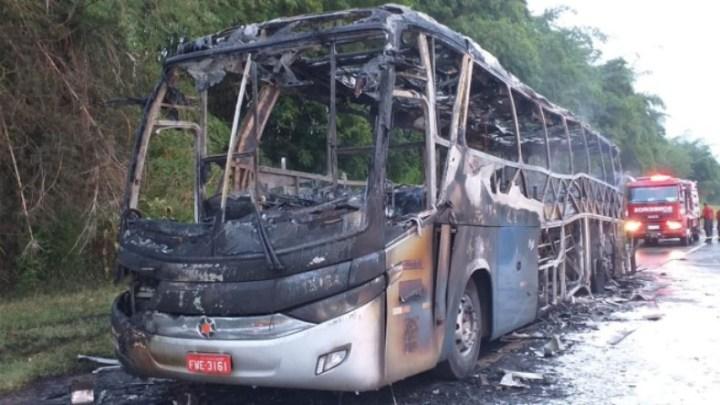 SP: Ônibus da Viação Cometa pega fogo na Rodovia Anhanguera SP-330