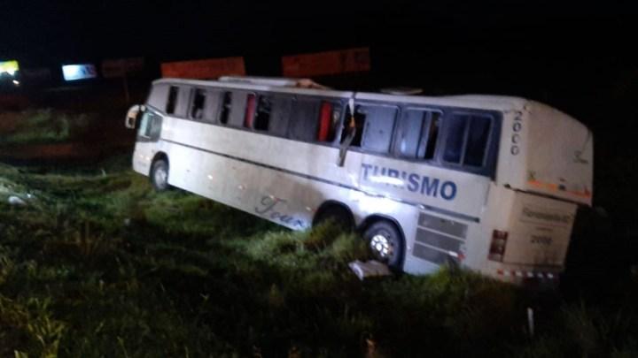RS: Ônibus de turismo tomba e deixa feridos na FreeWay – BR-290