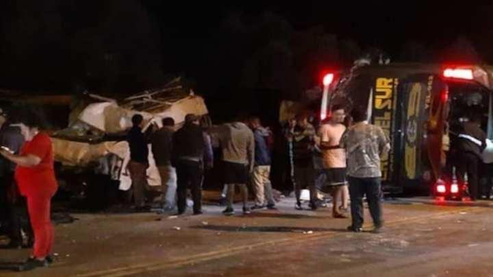 Acidente com ônibus da Cruz del Sur deixa 14 mortos e 40 feridos no Peru