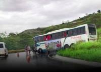 Carreta colide com ônibus de turismo na BA-262 na Serra do Marçal