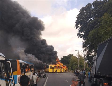 Protesto acaba com ônibus incendiado no Recife nesta manhã de segunda-feira