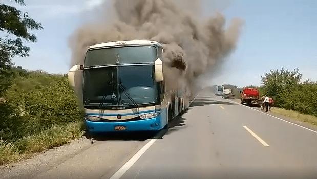BA: Ônibus da Novo Horizonte pega fogo na BR-242 próximo a Oliveira dos Brejinhos