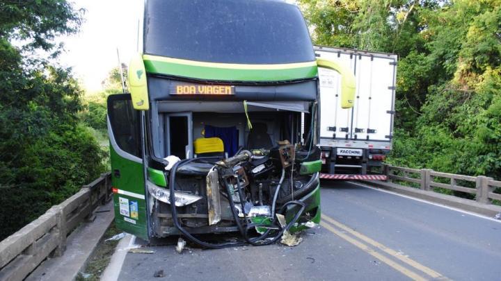 PR: Acidente com ônibus na BR-153 deixa motorista preso nas ferragens