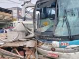 RJ: Acidente entre ônibus da 1001 e caminhão deixa feridos na RJ-106 em Maricá