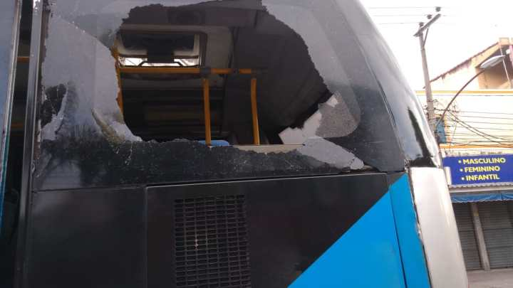 Operação do BRT nesta sexta-feira é prejudicada devido a atos de vandalismo e buracos na pista